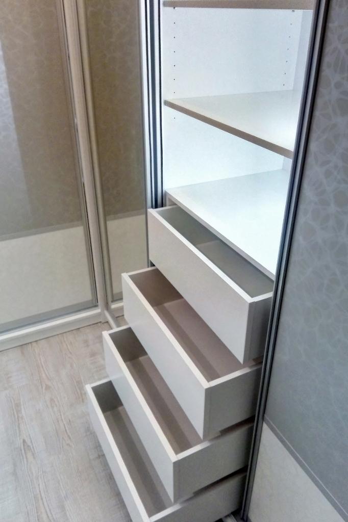 Vestavná skříň - bílo-šedá kombinace