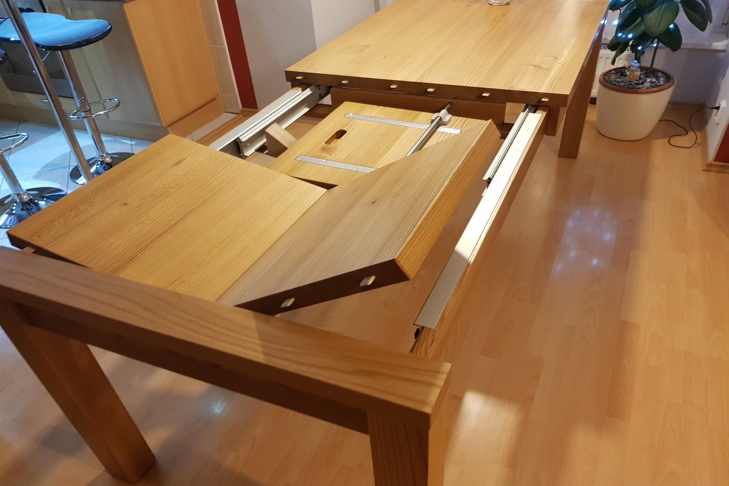 Rozkládací stůl z masivníího dřeva